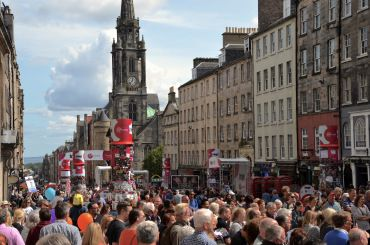 Click photo for guide to cheap tickets. Edinburgh festival fringe. The royal mile, free shows daily.