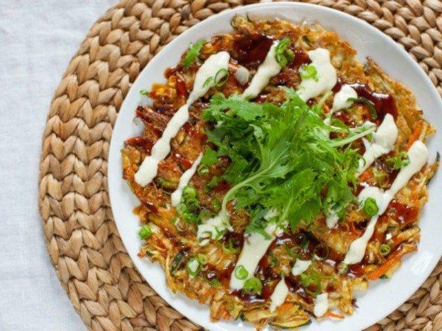 Окономияки. Японские капустные оладьи http://feedproxy.google.com/~r/anymenu/hMaC/~3/ywnRH1witKE/  В аутентичной японской кухне окономияки — популярное горячее блюдо, представляющее собой жареные оладьи (лепешки) из разных ингредиентов. В тесто для кушанья (помимо муки, воды и яиц) чаще всего кладут обычную капусту, вкуснее, если она молодая. Белокочанную можно заменить пекинской капустой или салатом пак-чой. Вариации окономияки предполагают добавление измельченных морепродуктов, нарезки из…