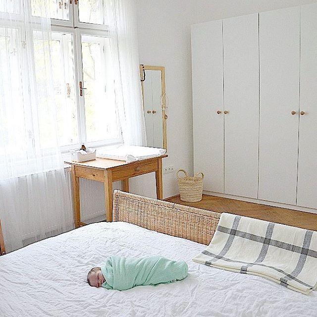 Malý drobeček ve velké ložnici.