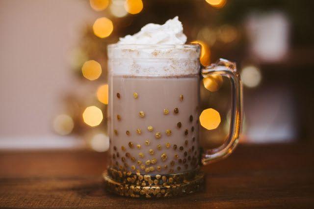 Wat is er nou lekkerder in de winter dan op de bank te kruipen met een mok warme chocolademelk? Het liefst drinken we dat natuurlijk uit een grote, mooie mok. Met wat gouden glasverf (te koop bij de hobbywinkel) zet je wat gouden stipjes op een blanco mok, en je hele situatie is een stuk […]