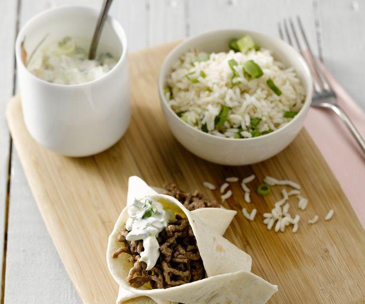 Tacos messicani con salsa di cetriolo. Oh Messico! Il paese del sole scottante, dei sombreri e la tequila, del guacamole gustoso e la musica esaltante. Create questa atmosfera piacevole a casa vostra e organizzate una festa messicana con i piatti tipici, l'atmosfera estiva e i Margarita ghiacciati. Preparatevi per una serata deliziosa con i tacos ripieni di macinato di manzo fatti in casa, riso e una freschissima salsa di cetriolo. Olé!