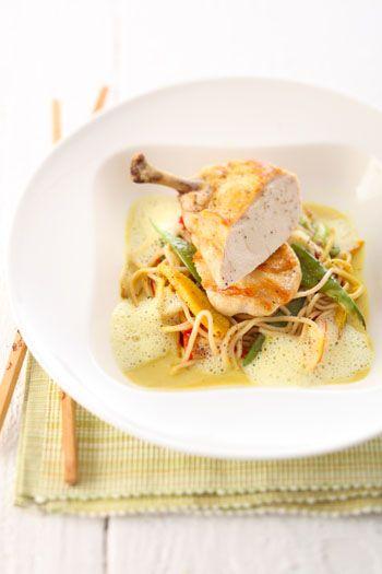 Gebratene Perlhuhnbrust mit Asianudeln und Curry-Kokos-Schaum
