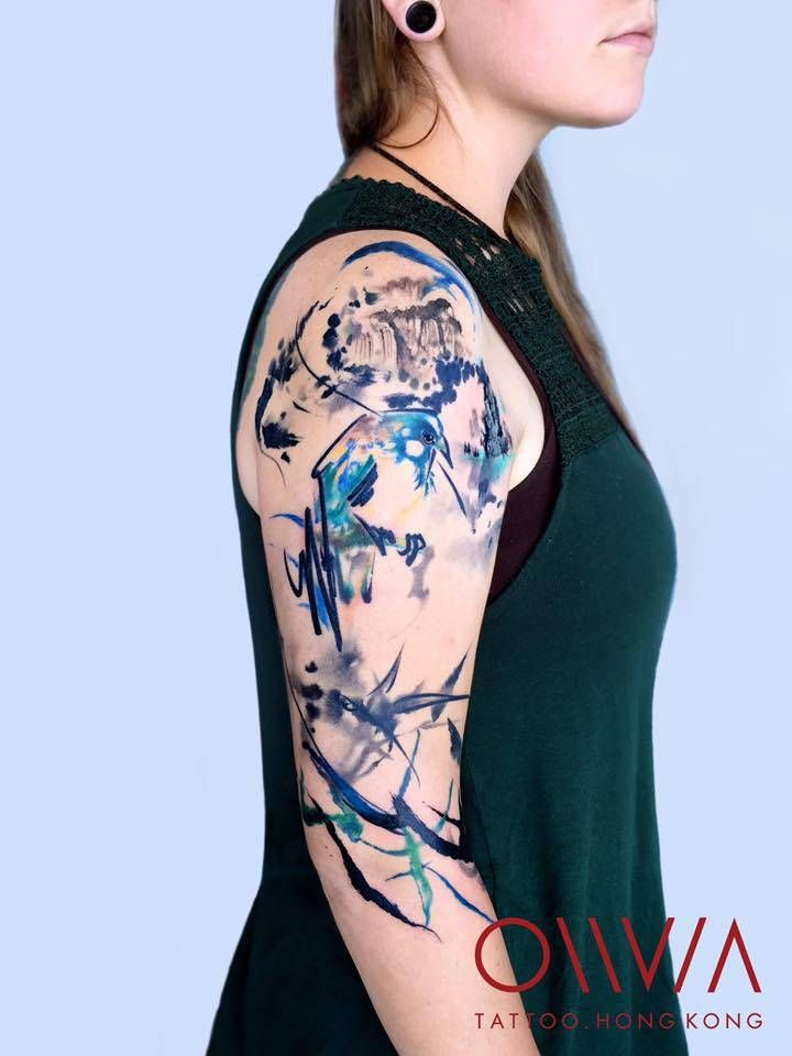 Abstract tattoo on the right upper arm and shoulder. Artista Tatuador: Olivia Wong