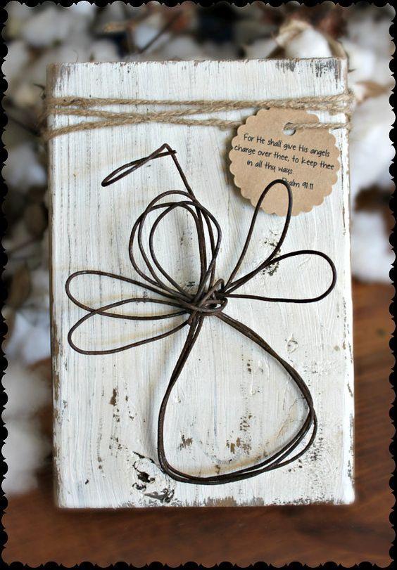 Rustikaler Draht-Engel Schutzengel auf weiß beunruhigter Holzplakette mit Schnur und Psalm 91:11