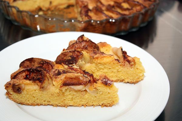 Этот пирог отлично получается с кукурузной мукой, потому что она не содержит клейковины, в отличие от пшеничной, и тесто из нее получается особенно рассыпчатым. К тому же кукурузная мука придает пирогу очень симпатичный жизнерадостный цвет, а еще такой пирог можно есть даже тем, кто ограничен аллергией на глютен. Готовится все очень просто, а экспериментировать можно с любыми фруктами и добавками, причем можно класть их и под тесто, и сверху, а можно вообще добавить внутрь и перемешать. Мне…