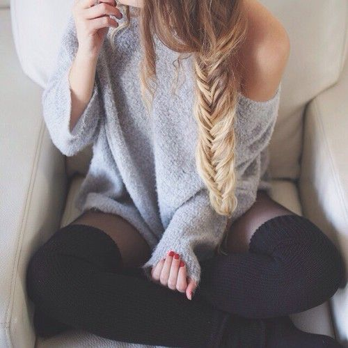 Coiffure, tresse, pull, chaussettes hautes, nail art