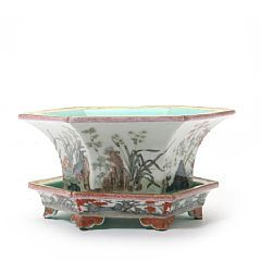 1523/1678 - Chinese sixsided porcelain flowerpots with dish. Marked Qianlong. Guangxu, ca. 1900. Diam. 27 cm.