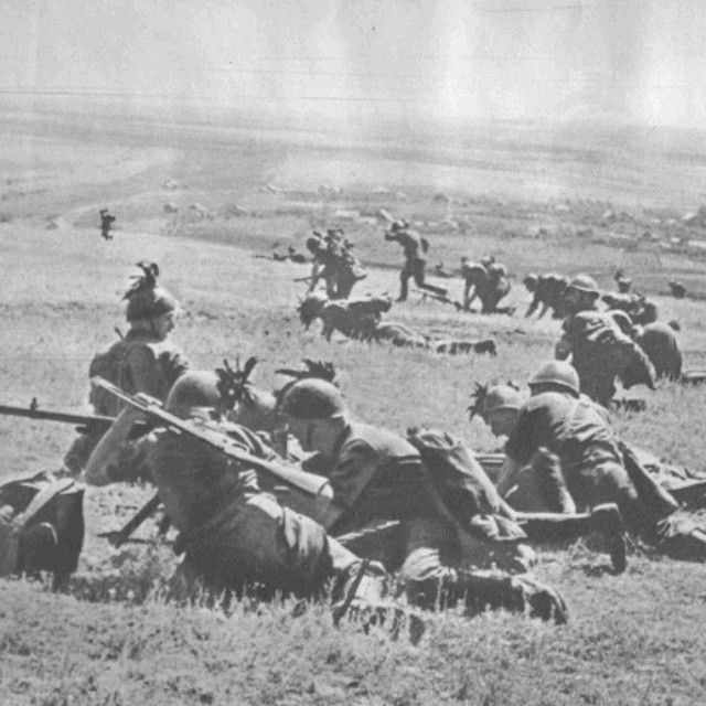 Italian bersaglieri soldiers charge the enemy with covering of machine guns. 30 September 1941 End v - italian_front
