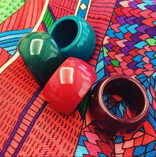 Esses anéis da Hermes de madeira laqueados são maravilhosos, mas encontrá-los aqui no Brasil é difícil. Além do mais, ele custa em torno de U$40, ou seja, R$136,00, preço inacessível para a maioria. Foto: Mai Tai Collection