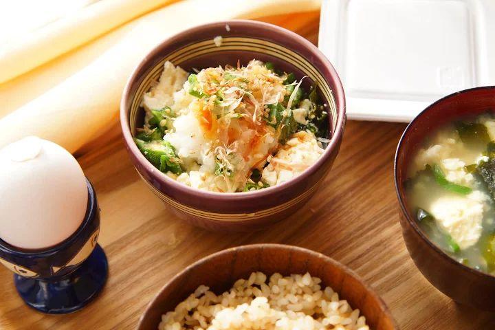 今日の朝ごはん    ・おくらわかめ豆腐 with 大根おろし  ・豆腐とわかめの味噌汁  ・玄米  ・ナットゥー  ・トゥマァゴ    今日は和食全開っ( •̀ .̫ •́ )✧  おかずと味噌汁の具が一緒なのは、きっと気のせいです(震え声 笑    豆腐のちょこんと縁についてたのを見落としてた(´∇`) ツメガアマイ... - Shinnosuke Tsunogae - Google+    #breakfast #あさごはん #朝ご飯 #japanese #和食 #豆腐 #soy #卵 #egg #味噌汁 #soysoup