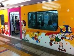 Metro de Japón decorado con dibujos de Doraemon