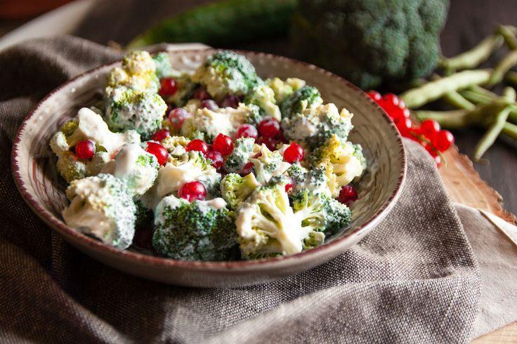 Broccoli-feta-gratäng  Recept utan kolhydrater är speciellt passande när du vill ha ett sent kvälls-snack. En lättare rätt är t.ex. broccoli med fetaost. Naturligtvis kan du kombinera fetaosten även med andra sorters grönsaker såsom paprika eller tomat, tillsätt ex kyckling, lax, bacon.  Till 2 portioner behöver du:  400 g broccoli 200 g fetaost Olivolja Vitlök Örter (t.ex rosmarin, timjan, basilika) Salt, peppar Tillredning: Tvätta broccolin och skär den i småbitar. Skär upp fetaosten i…