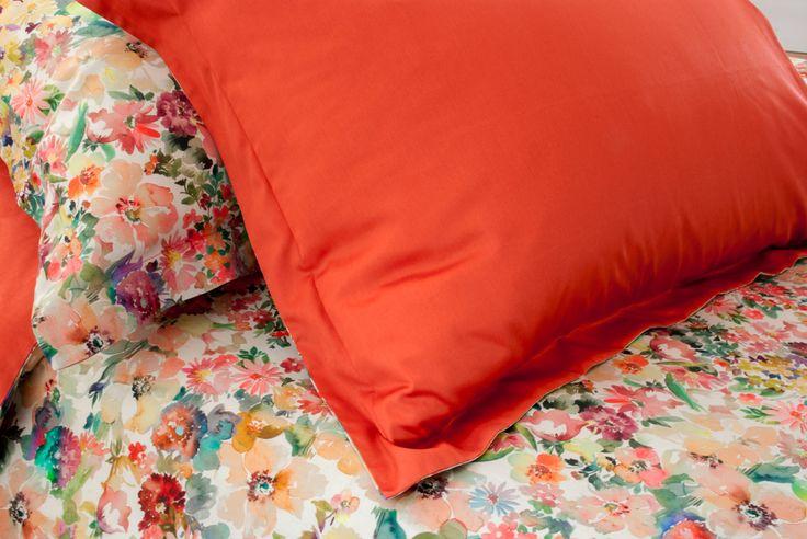 Fantasia floreale d' ispirazione Carioca un omaggio alla bellezza ed alla grazia femminili. Un vivace bouquet dalle vibranti tonalità del rosso, arancio, bordeaux e verde che porterà una ventata di primavera ed allegria nella vostra camera da letto, confezionato a mano in prezioso e setoso raso di cotone 100% .