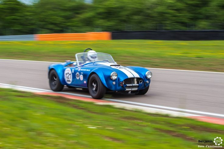 #Shelby #Cobra au Grand Prix de l'Age d'Or. #MoteuràSouvenirs Reportage complet : http://newsdanciennes.com/2016/06/06/jolis-plateaux-beau-succes-grand-prix-de-lage-dor-2016/ #ClassicCar #VintageCar