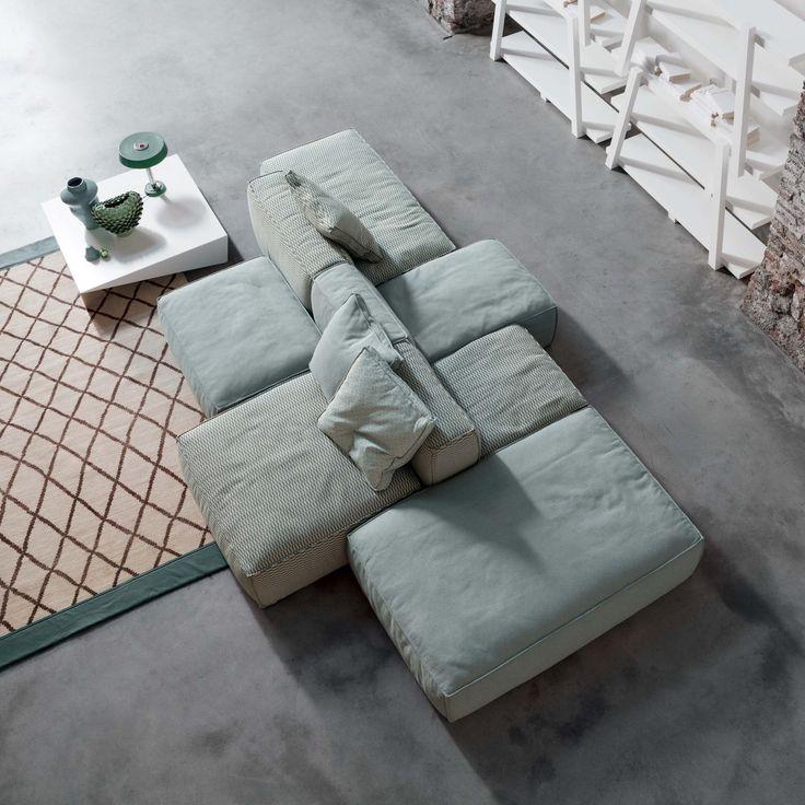 Designer Mauro Lipparini heeft deze luxe sofa, Peanut B, voor het Italiaanse merk Bonaldo ontworpen. Zijn intentie met de Peanut B is de stimulatie van creativiteit en fantasie. De witte veren en polyurethaan schuim maakt deze bank bijzonder comfortabel en biedt u intense momenten van ontspanning. De volledig afneembare bekleding zijn verkrijgbaar in stof of leder. Er is een ruime mogelijkheid aan verschillende soorten kleuren en stoffen.