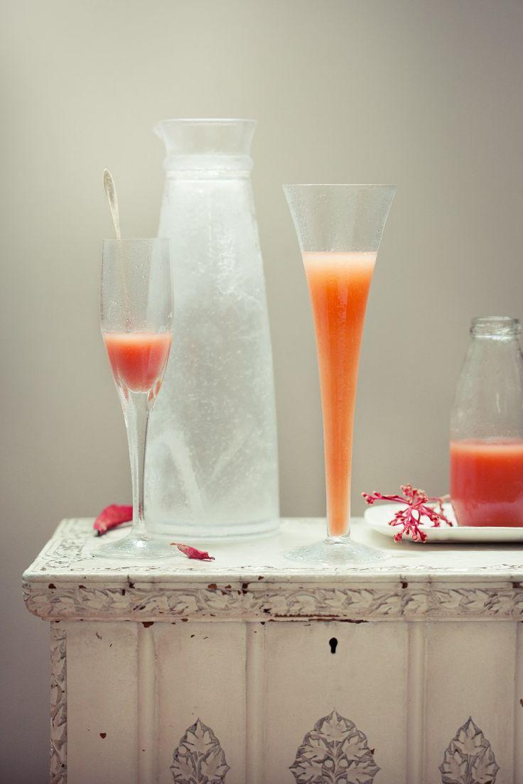 Bellini de goiaba | #ReceitaPanelinha: Essa bebida simples e sedutora é uma variação do Bellini tradicional, feito com prosecco e néctar de pêssego. É tão fácil de fazer que o único trabalho é o de escolher uma ótima companhia para beber a dois. E também, claro, caprichar na apresentação.
