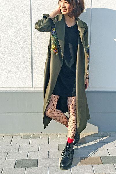 刺繍入りトレンチの中はリトルブラックワンピで絶妙なバランスのコーデに。 流行りの網タイツにはゴツめのブーツと赤いソックスを合わせて。 『ラメ引き揃えリブソックス13cm丈』¥350+税 color : 赤×赤ラメ 『大ネットラッセルタイツ』¥350+税 color : 黒 (その他スタッフ私物) 当店のお取り扱いアイテム: レッグウェア、インナー、ルームウェア