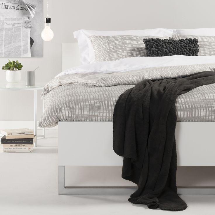 Ledikant Bergen: strak vormgegeven ledikant met metalen poot #interieur #slaapkamer