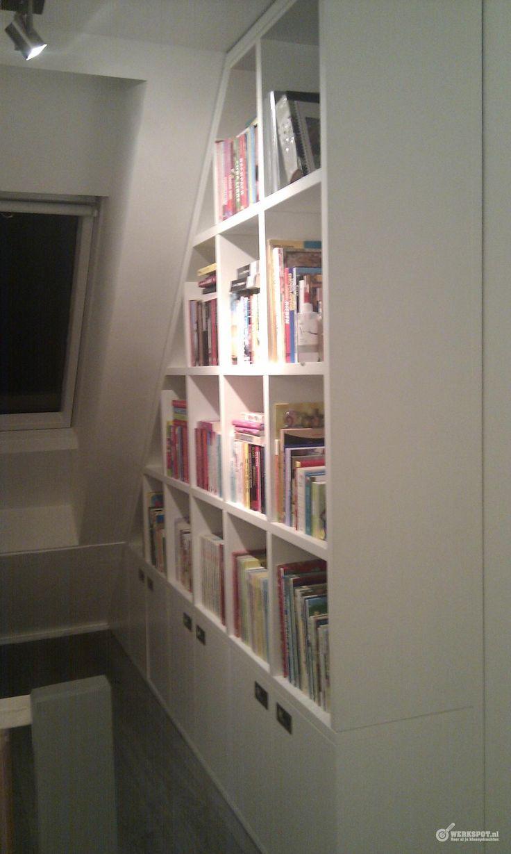 Boekenkast onder schuin dak