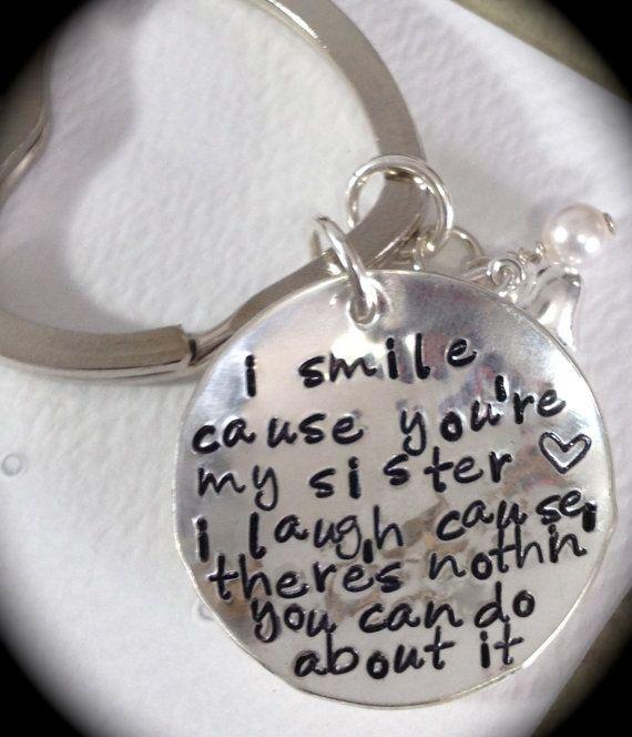 Sonrío porque eres mi hermana. Río causa no hay nada que puedas hacer eso... regalo para hermana--Handstamped Keychain