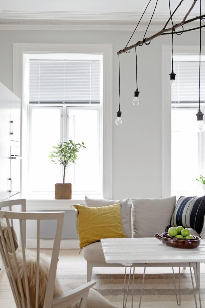 Møblene er fra Norrgavel. Lampen er laget av en grein, og spisebordet er døren fra en låve i Telemark, med bein, såkalte hairpin, som er spesialbestilt fra en kunstner i USA.