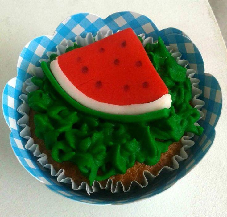 Cupcake Melancia para piquenique  Modeled watermelon on a cupcake for a picnic