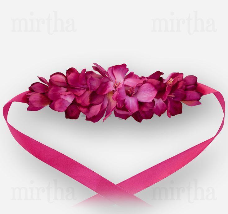 Cinturón de flores de tele en tonos buganvilla realizado sobre una base de fieltro rosa y rematado con un lazo mediano de color fucsia.