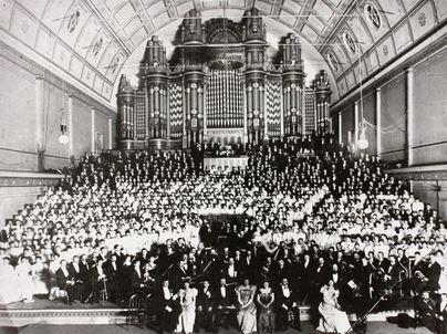 1907 Dame Nellie Melba onstage with her choir and orchestra, Exhibition Buildings organ annexe.