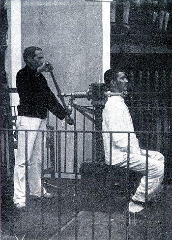 Ejecución de una pena de muerte. El sistema de ejecución civil español (hasta la abolición de la pena de muerte) fué el GARROTE VIL, consistente en una silla y su artilugio, capaz de partir el cuello al girar el verdugo el tornillo situado a la altura de la nuca del condenado.