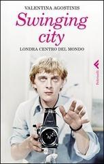 A partire dal 1963, la capitale britannica è una città in fibrillazione, un centro di innovazioni a tutto campo - nella musica, nella moda, nella fotografia, nel cinema, nel costume. Nel mondo si impara a vestirsi come vogliono le boutique londinesi, si ascolta la musica che nasce nei club e che si trasforma in epidemia globale, le immagini di artisti e fotografi precedono la società che cambia e la Pop Art si fonde con i gesti e i modi della vita dei giovani.