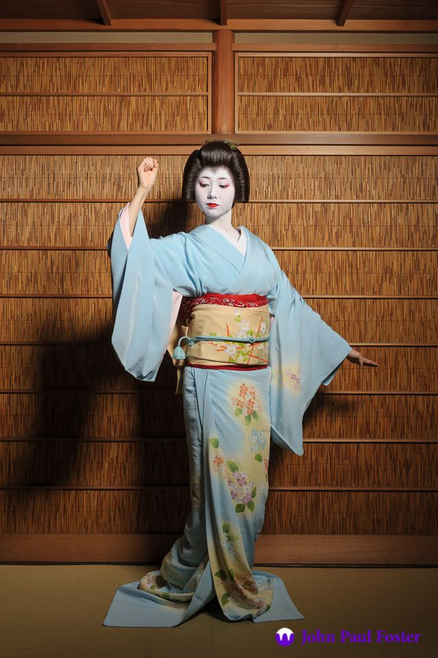 the geiko (geisha) mamehana of gion kōbu dancing in the summer of 2011 | japanese culture #kimono