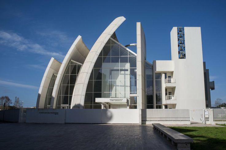 Dotknout se nebe. V italském sídlišti vyrostl skvost architekta Meiera k poctě Boha. Jubilejní kostel Dio Padre Misericordioso  http://life.ihned.cz/c3-62139800-030000_d-62139800