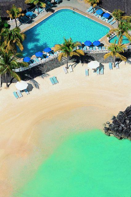 Hôtel Merville Beach – Grand-Baie (Île Maurice) - combine une très jolie plage de sable blanc et un cadre agréable et festif avec la proximité de boutiques, de restaurants, de nombreuses animations et une vie nocturne accessible à pieds. Le programme est plage et shopping le jour et soirées endiablées ! Un hôtel produced by Lux* que OIT recommande.