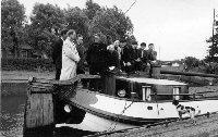 In 1956 was Earnewâld het eerste dorp dat een eigen skûtsje kocht. De plaatselijke commissie kocht het schip De Nijverheid van schipper Berend Mink. De prijs was f 4200, incl. 2 tuigen, teakhouten watervat en wasbak. Op deze foto de overdracht van het skûtsje op 31 juli 1956. Met v.l.n.r.: Gerrit P. Wester, meester D.A. Franke, Pieter Anema, Berend Mink, Jan R. Wester, Sjoerd Lok, Ale Pietersma, Joop B. Mink, Freerk Bosscha en Bram Kleinhuis.  Fries Fotoarchief 100118.