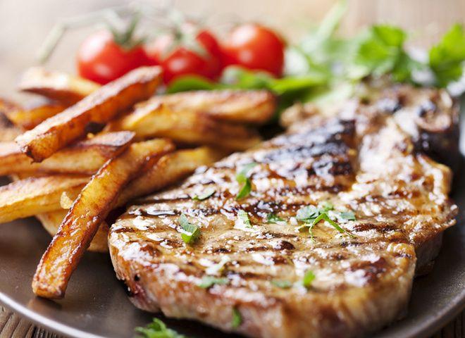 Стейк из свинины в медово-пряном маринаде   Ссылка на рецепт - https://recase.org/stejk-iz-svininy-v-medovo-pryanom-marinade/  #Мясо #блюдо #кухня #пища #рецепты #кулинария #еда #блюда #food #cook