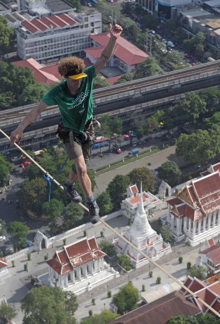 Warga AS, Andy Lewis berjalan menyeberangi dua gedung pencakar langit di Bangkok, Thailand.