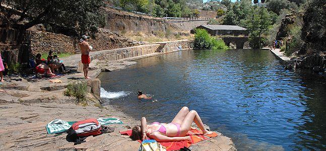 La Vera, el Jerte, el Ambroz, Las Hurdes y Gata son los lugares que concentran la mayoría de las zonas de baño. En la provincia de Badajoz sobresale la playa de Orellana, con su bandera azul
