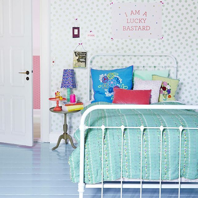 This picture makes me want to give our bedroom a HUGE make-over! Let's dream…