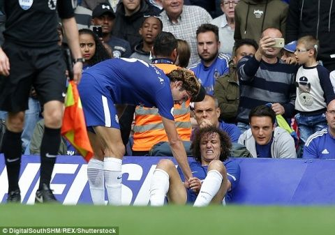 Chelsea defender David Luiz has suffered a broken wrist during Arsenal clash