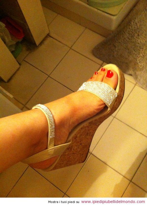 La nostra nuovissima diva Diletta è di Milano, ha 34 anni e porta il numero 38 di piede. Amante della bella vita e del lusso, le piace far brillare i suoi piedi anche con swarowski ed è sempre attenta alle ultime tendenze in fatto di moda Le piace sempre abbinare lo smalto delle unghie dei piedi…http://ipiedipiubellidelmondo.com/i-piedi-diletta/