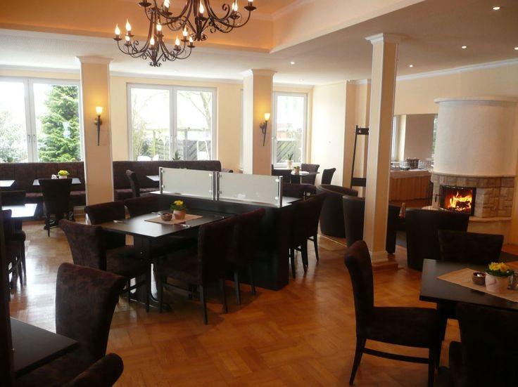 Das Kaminzimmer im AKZENT Hotel Cordes, mit 65 qm und 40 Sitzplätzen, lädt durch die warme Atmosphäre zum Verweilen ein.