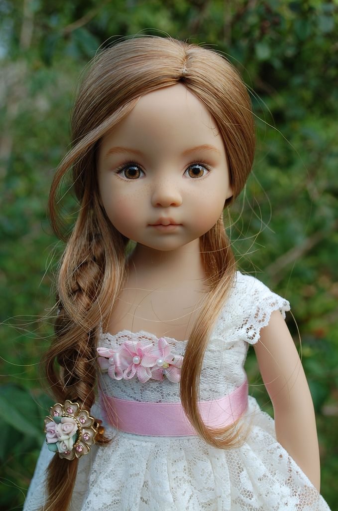 This is one of the prettiest dolls I've seen in a long time.  Little Darling Caitlin