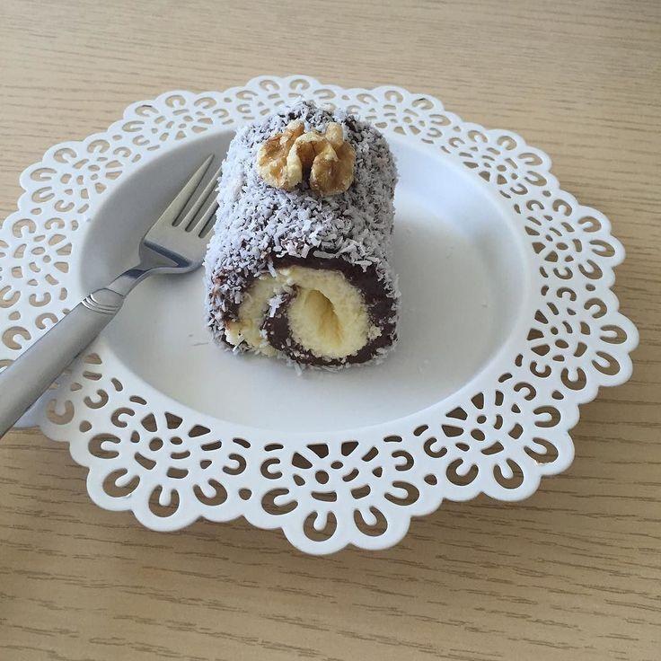 En güzel mutfak paylaşımları için kanalımıza abone olunuz. http://www.kadinika.com Hayırlı akşamlar Can'lar hem hafif hem lezzetli hemde kolay bir tatlı havalarında ısınmasıyla hafif tatlılar tercih ediliyor işte tam size göre  Ben 1 dakikalık muzlu puding ile 3 paket sıvı kremayı çırptım onu kullandım hem çok lezzetli oldu sizde vanilyalıçilekli puding ile deneyebilirsiniz  Kakaolu sarma lokum  Kakaolu kısım için  1 Litre süt  1 Su bardağı şeker  1 Su bardağı un  4 yemek kaşığı kakao  1…