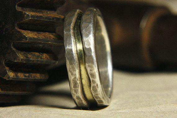 Rustikal und ungewöhnlich. Dies ist ein komfortables Ring mit dem Gewicht von Sterling umhüllt schützend um das Zentrum des lebhaften hohe karätigem gold. Völlig geformt und in meinem Studio aus Recycling-Sterling-silber und 18kt gold verhüttet von pure 24kt Gold hergestellt. Dies ist ein Stück, das ich sehr zufrieden bin.  Künstler-Anweisung: Als mit meiner Arbeit versuche ich, ein Objekt zu erstellen, die sowohl einzigartig und zeitlos ist. Nicht von einer bestimmten Kultur, Ort oder…