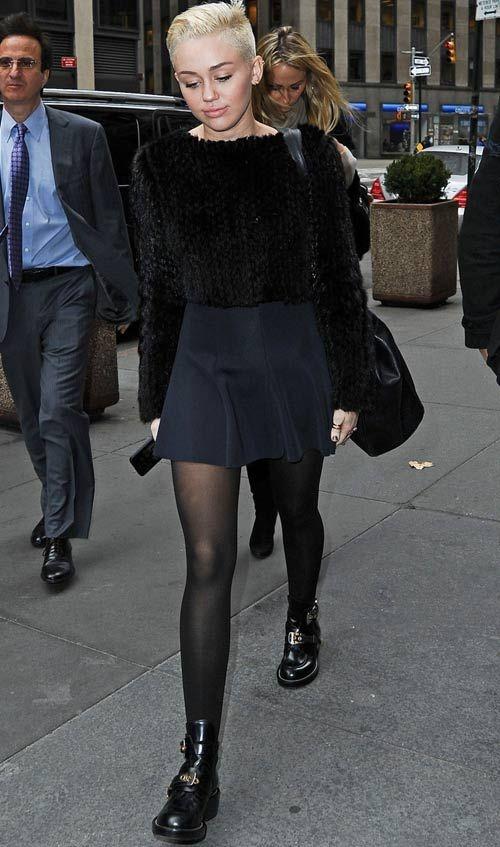 Depois de pentear seu cabelo todo para trás, Miley ficou fashion ao misturar saia de camurça + blusa de tricô + coturnos. Diva até no dia a dia!    Miley Cyrus - Look do dia - Novembro de 2012 - CAPRICHO