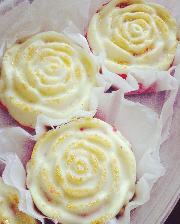 """Домашние пирожные """"Розы"""" в белом шоколаде с кремом."""