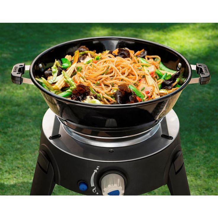 Zet de lekkerste gerechten op tafel met de Cadac Safari Chef 2 HP. Deze skottelbraai wordt geleverd met een pan, bakplaat en BBQ rooster waardoor je iedere avond een andere maaltijd op tafel tovert. Ideaal op de camping of om mee te nemen!