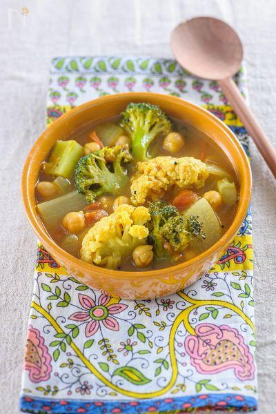 南インドのスパイシースープ「サンバル」風の野菜たっぷりスープカレーです*「サンバル」は、タマリンドを加えた酸味と豆と野菜のうまみが特徴。仕上げに油で香りを立たせたスパイスをジュッとかけるので、とても香りが良いです*作りやすいようにタマリンドは梅干しに、仕上げのスパイスはマスタードシードと赤唐辛子のみとシンプルにしました*とっても美味しいので、季節の野菜で作ってみてください^^