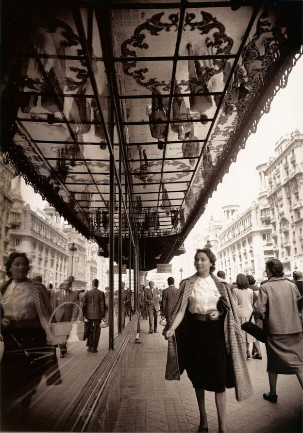 Madrid de los años cincuenta. Gran Via. #Fotografía Francesc Català Roca @Qomomolo