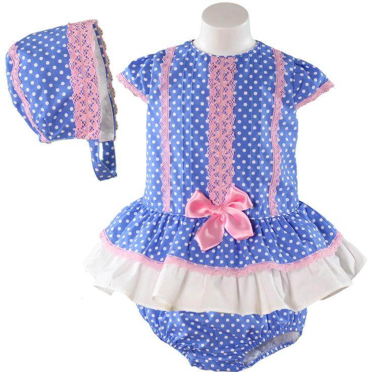 Miranda textilesin pilkullinen sininen mekko ja alushousut sekä hattu. Mekossa ja hatussa vaaleanpunaisia pitsi somisteita.
